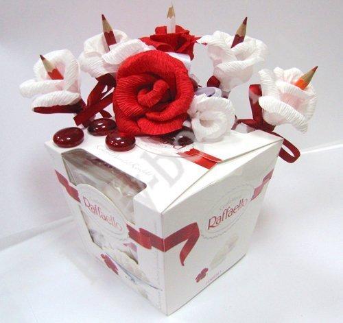 Как сделать подарок из бумаги и конфет своими руками